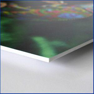 Forex est un matériau plastique caractérisé par une structure homogène et une surface compacte. Résistant et réutilisable.